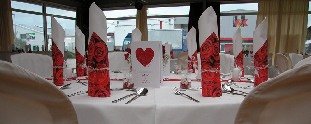 Tischdeko-hochzeit-rot-1000x400.jpg